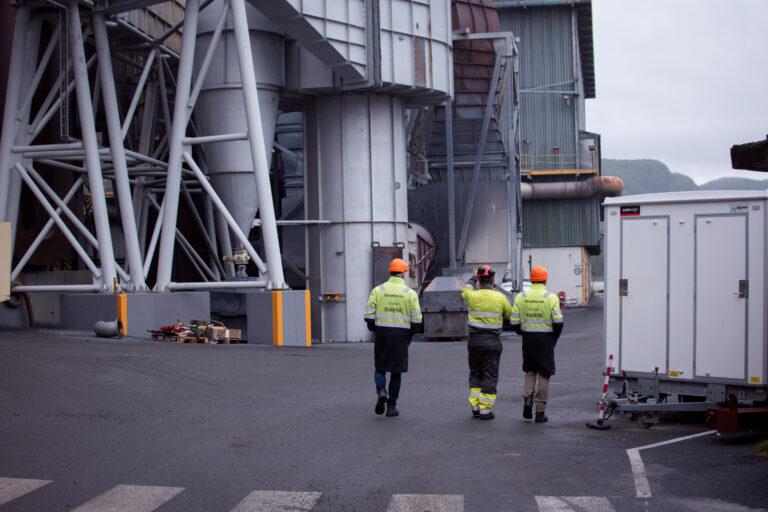 Se video fra besøk på to smelteverk i Trøndelag